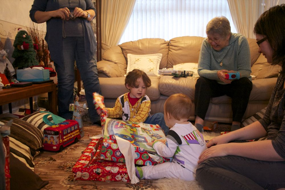 Sharing the unwrapping of a shared gift